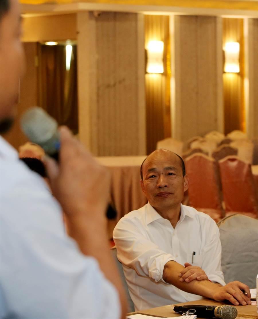 韓國瑜認真傾聽與會企業主經營者的建言。(黃國峰攝)