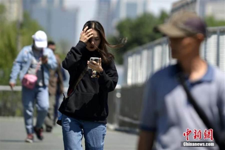 北京遭遇入秋以來最強大風。(照片取自中新網)