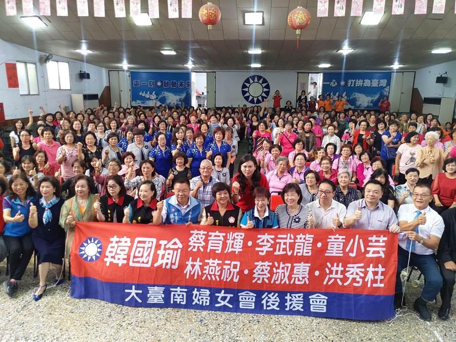 國民黨立委參選人洪秀柱上午參加大台南婦女會活動,在場支持者高喊凍蒜,氣氛熱烈。(莊曜聰攝)