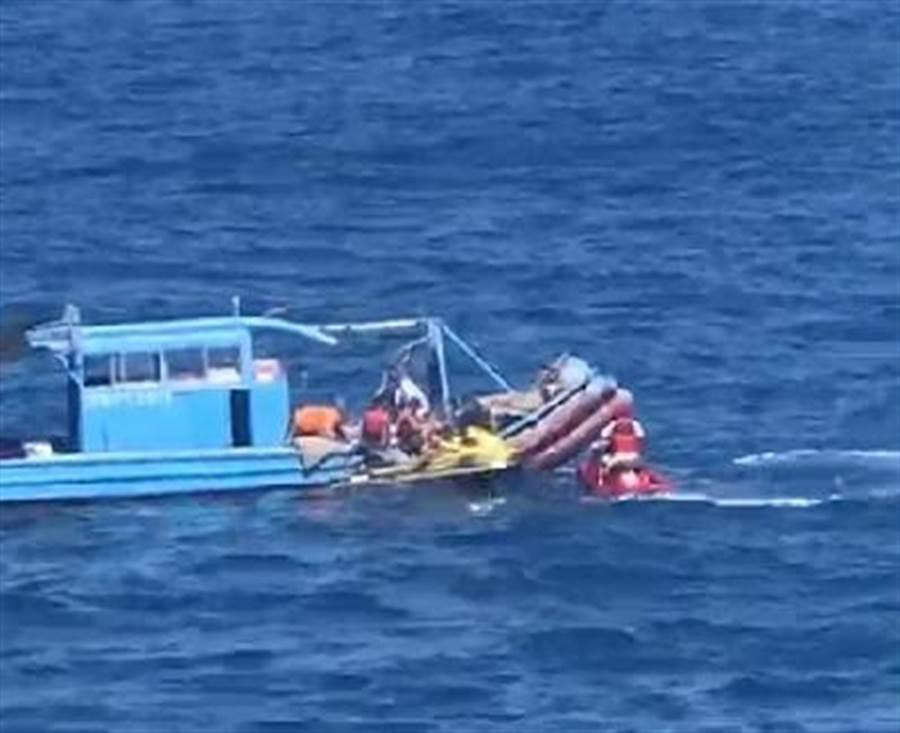 63歲婦人在墾丁最南點撿海菜落海,救上岸後無生命跡象。(民眾提供/謝佳潾屏東傳真)