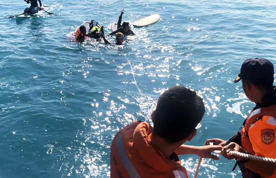 女衝浪客體力不支受困礁岩,海巡順利救援(第一三岸巡隊提供/莊哲權台東傳真)
