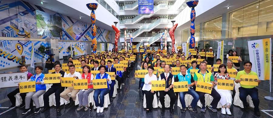 台中市校園品格標語由中華民國全國家長協會發起,聯合台中在地國中小、高中等50多間學校共同推廣。(陳世宗攝)