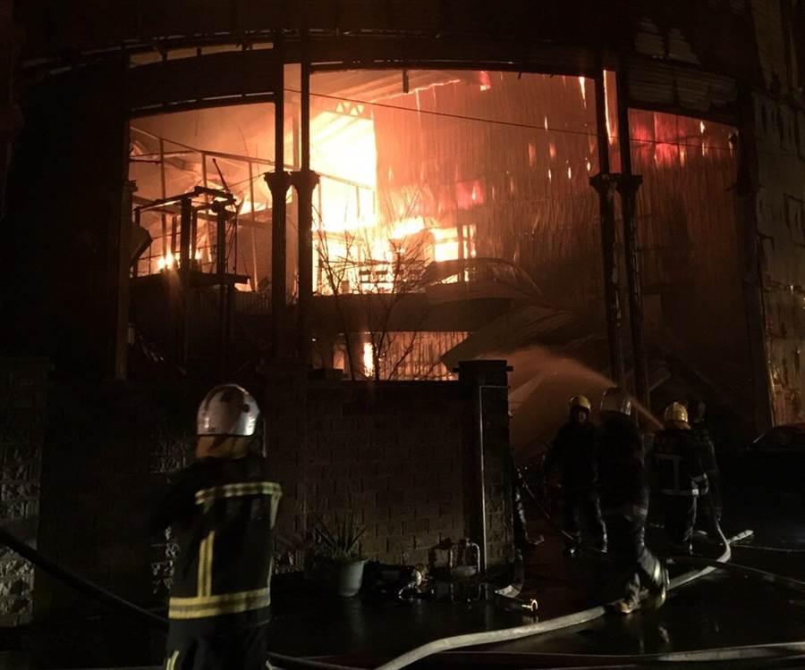 新屋保齡球館大火造成6勇消葬生火窟。(資料照)