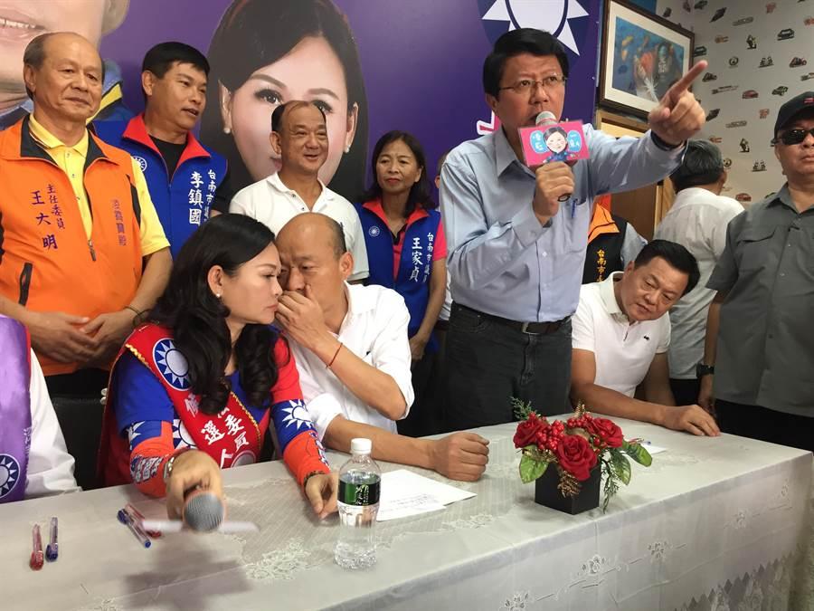 韓國瑜(右二)說台南後續將有2、3場大型造勢,選前之夜則將會是北中南同場大造勢。(曹婷婷攝)