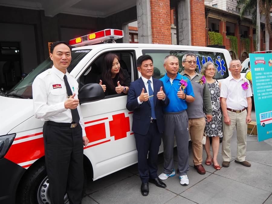 新竹市消防局28日舉行「消防局救護車聯合捐贈典禮」,包括洪志銘、陳煥照與已過世的清泉寺釋專慈法師各捐1輛救護車予新竹市消防局。(陳育賢攝)