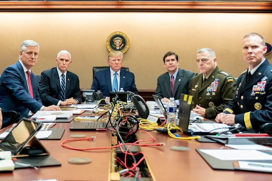 白宮27日釋出美國總統川普坐鎮戰情室、監控美軍圍剿伊斯蘭國首領巴格達迪的照片。(圖/美國白宮、路透社)