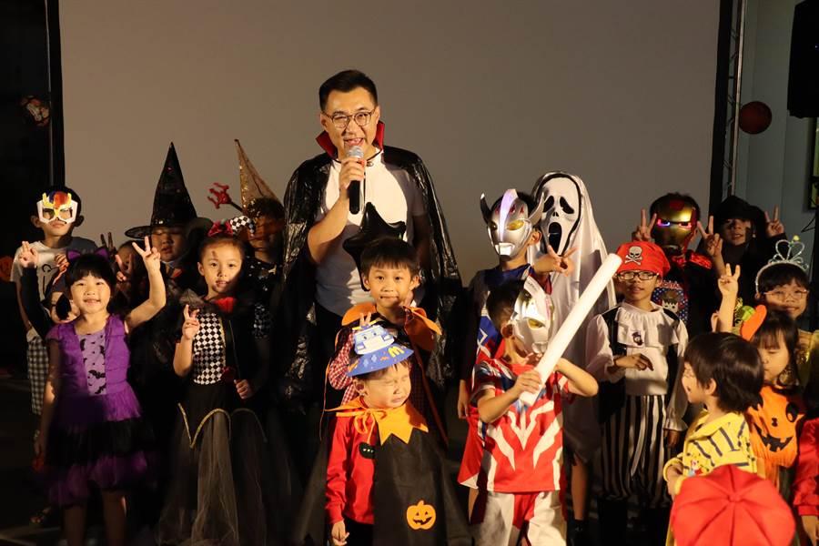 平時忙於問政的立委江啟臣化身孩子王,扮成吸血鬼,跟小朋友們大玩「不給糖就搗蛋」。(王文吉攝)