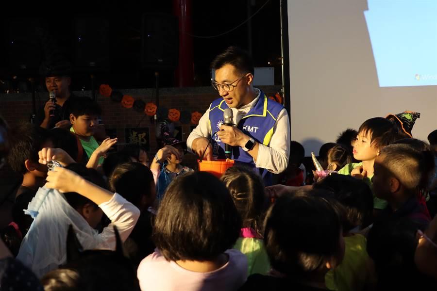 小朋友們團團圍住江啟臣,揚言「不給糖就搗蛋」。(王文吉攝)