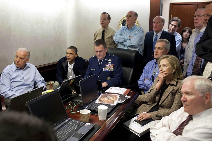 美國前總統歐巴馬2011年5月1日和前副總統拜登、前國務卿希拉蕊及其餘10多名官員擠在會議室監看海豹部隊狙擊前蓋達組織首腦賓拉登的畫面。(圖/美國白宮、美聯社)