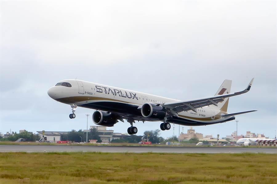 星宇航空首架A321neo新機於28日上午11時20分降落在桃園國際機場,這架客機是全台首架A321neo,由董事長張國煒親自駕駛回台。(桃園機場記者聯誼會提供)