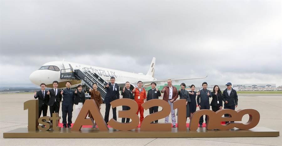 星宇航空首架A321neo新機於28日上午11時20分降落在桃園國際機場,這架客機是全台首架A321neo,由董事長張國煒至德國驗機、交機後,親自行經杜拜及曼谷,經歷近50小時的飛行時間抵台。(陳麒全攝)