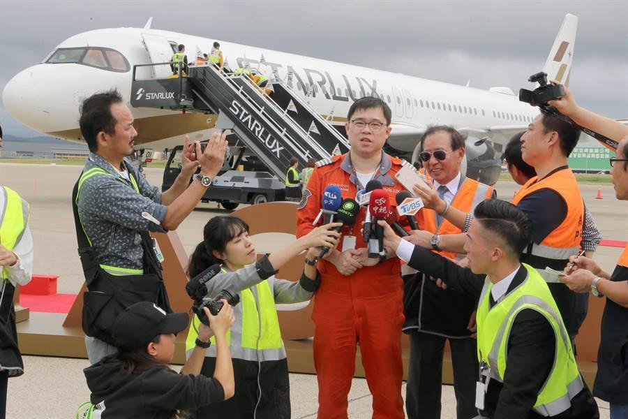 張國煒步出機艙時就受到英雄式的歡迎,他在新機前受訪時表示,若一切順利,星宇航空將在2020年的1月23日開航,目前規畫的航線已經有澳門、越南峴港及馬來西亞檳城等地,客群目標鎖定所有客層,不會像坊間傳言說「有錢人才可以搭,沒錢人不能搭乘」的說法,計劃出國的大家都有機會。(陳麒全攝)