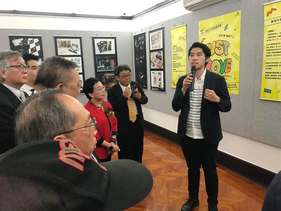 景文科大視傳系劉冠辰老師為來賓解說學生得獎作品。(劉冠辰提供)