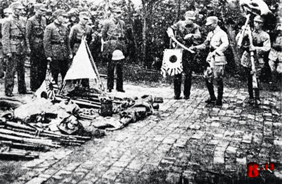 淞滬戰役國軍戰士繳獲日軍軍械。(本報系資料照片)