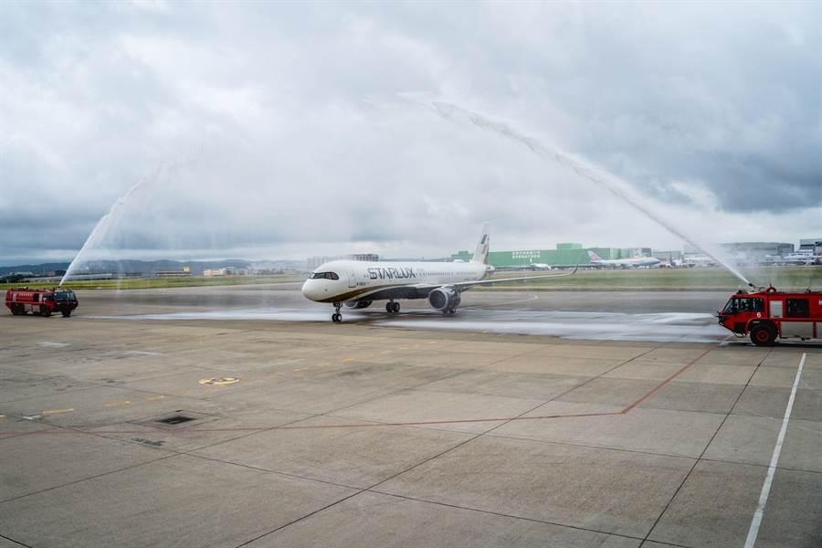 星宇航空首架A321neo新機由星宇航空董事長張國煒親自駕駛,今日上午11點20分抵台。(星宇航空提供)