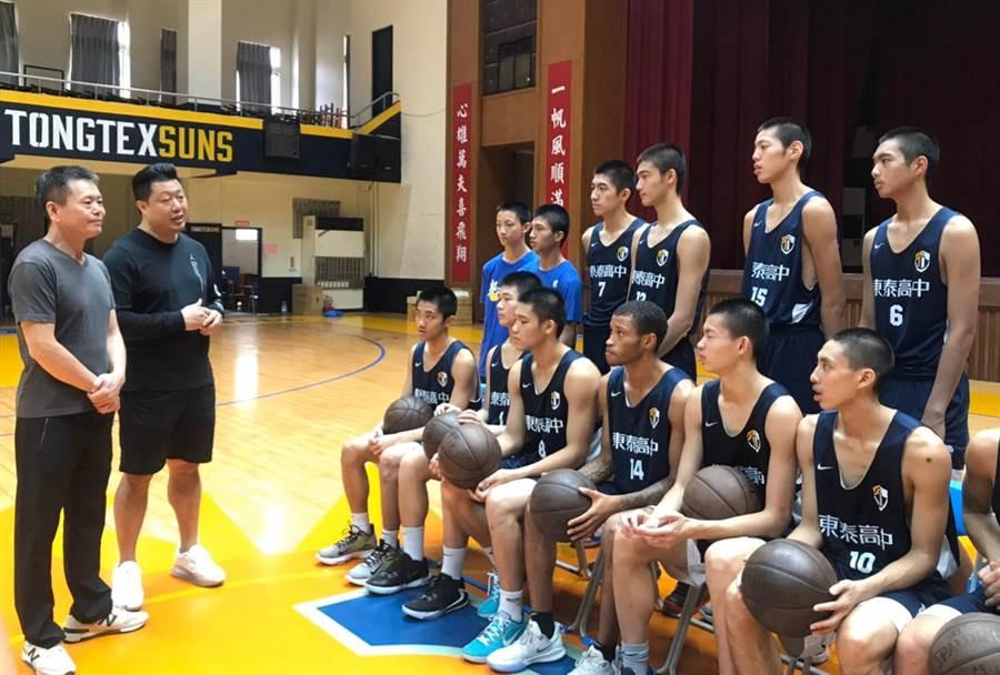 立委林為洲(左)認為諾曼(前排右三)加入東泰高中籃球隊會有很大幫助。(林為洲提供/羅浚濱新竹傳真)