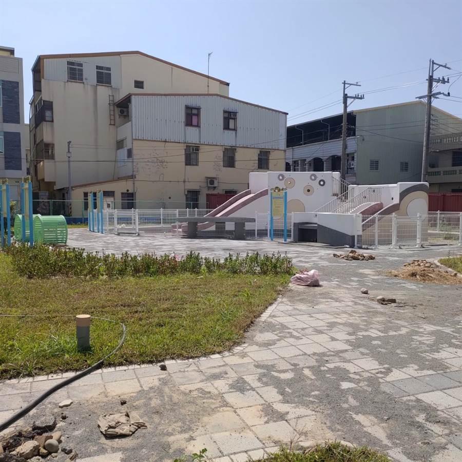 台中市外埔兒3公園預計9月中完工,但蓋了一半停擺,居民納悶是否不蓋了?(陳淑娥攝)