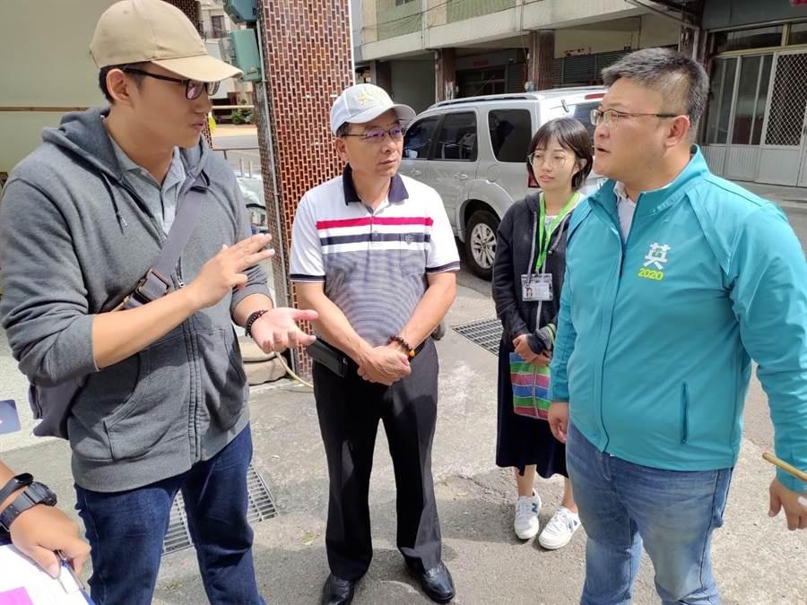 台中市外埔兒3公園工程停擺,市議員施志昌(右)邀相關單位會勘了解狀況。(陳淑娥攝)