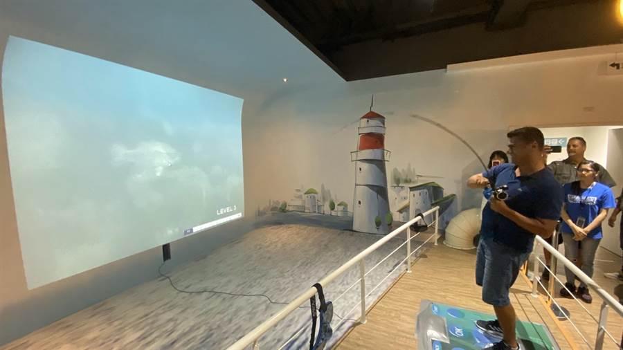 「寶熊漁樂碼頭」設有虛擬釣場,讓參觀民眾體驗陸上釣魚樂趣。(王文吉攝)