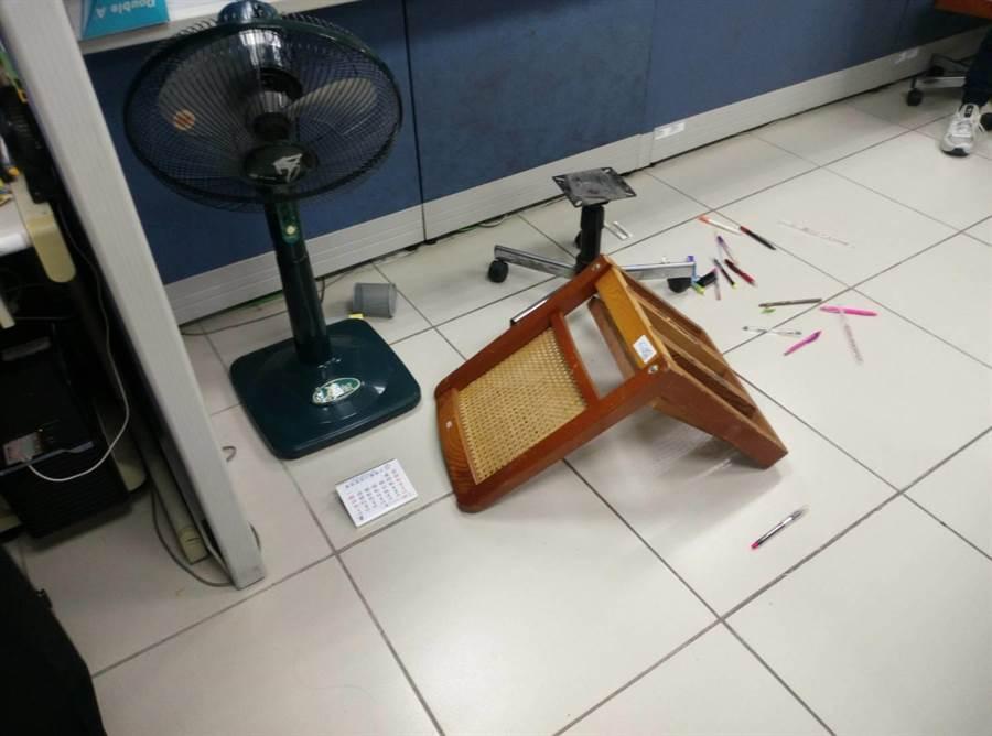 雲林縣勞工處椅子被思覺失調患者搗毀。(許素惠攝)