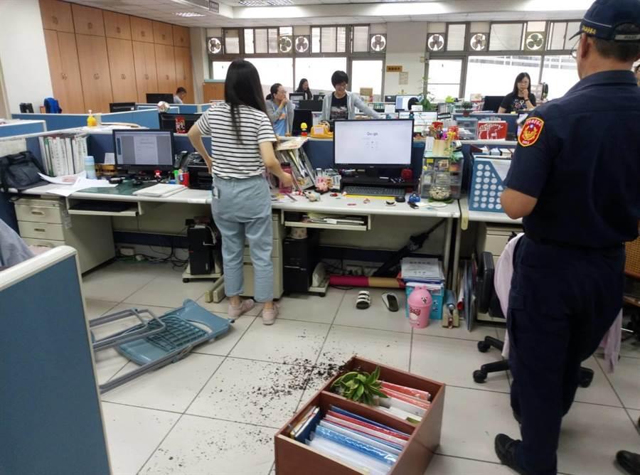 雲林縣勞工處被思覺失調患者翻桌,盆栽、公文櫃等散落一地。(許素惠攝)