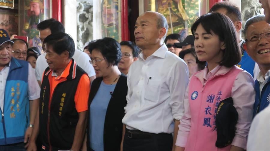 國民黨立委參選人謝衣鳳(左)陪同韓國瑜至埔鹽順澤宮參拜。(謝瓊雲攝)