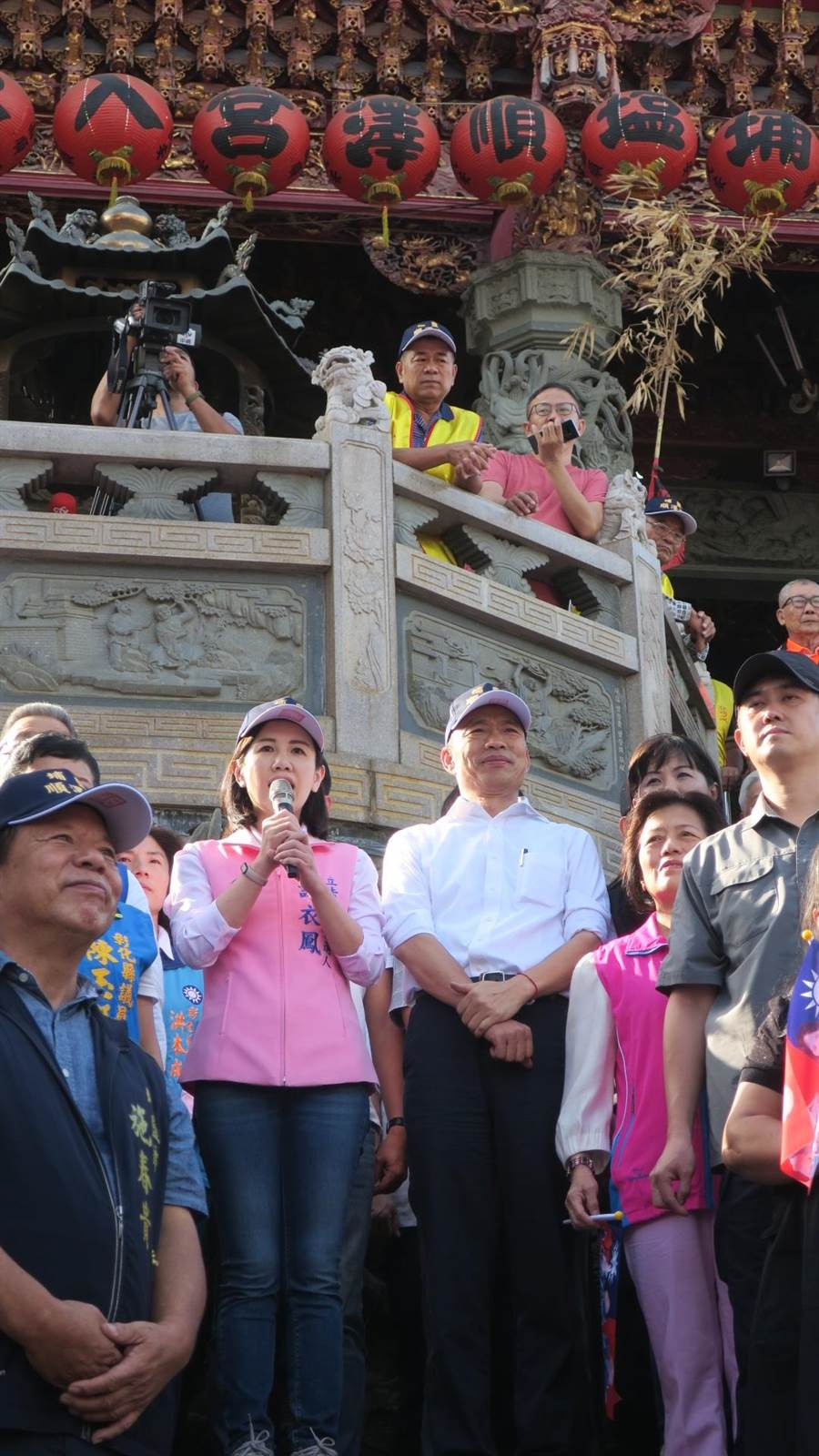 國民黨總統參選人韓國瑜(右二)下午2時30分許,抵達順澤宮參拜。(謝瓊雲攝)