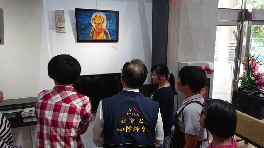 小貞的畫作色彩繽紛,展現無限想像力。(台中市政府社會局提供/陳世宗台中傳真)