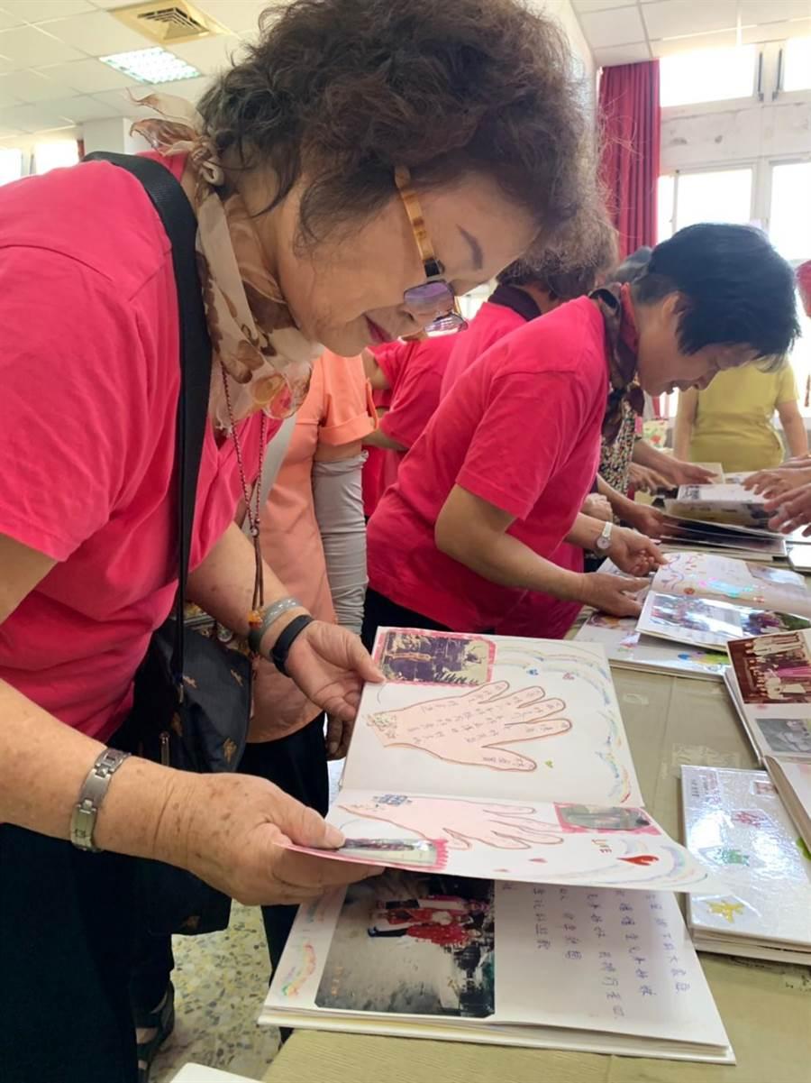 40位超過75歲的長輩發表「生命故事繪本」,並陳列展示,與其他老朋友們分享人生故事。(老五老基金會提供/王文吉台中傳真)