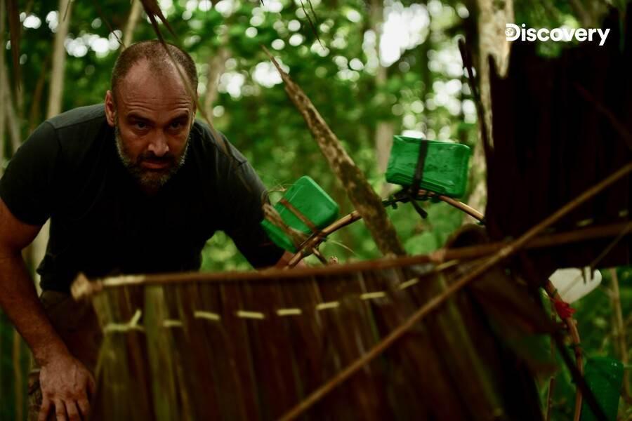 超狂老爸!帶2歲兒子荒島求生 土法「煉金」做矛。(Discovery頻道 提供)