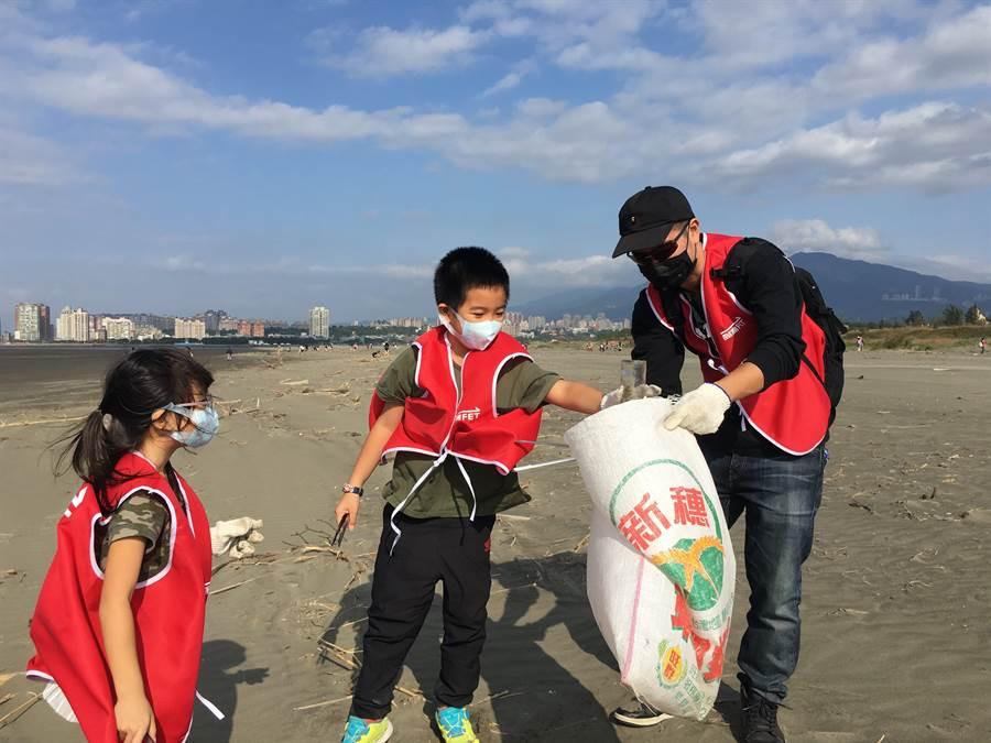 遠傳相信發起員工淨灘活動,能影響員工及員工的家人們正視海洋保育的重要性,也給大家一堂深刻體驗的環境教育課程。(遠傳提供)