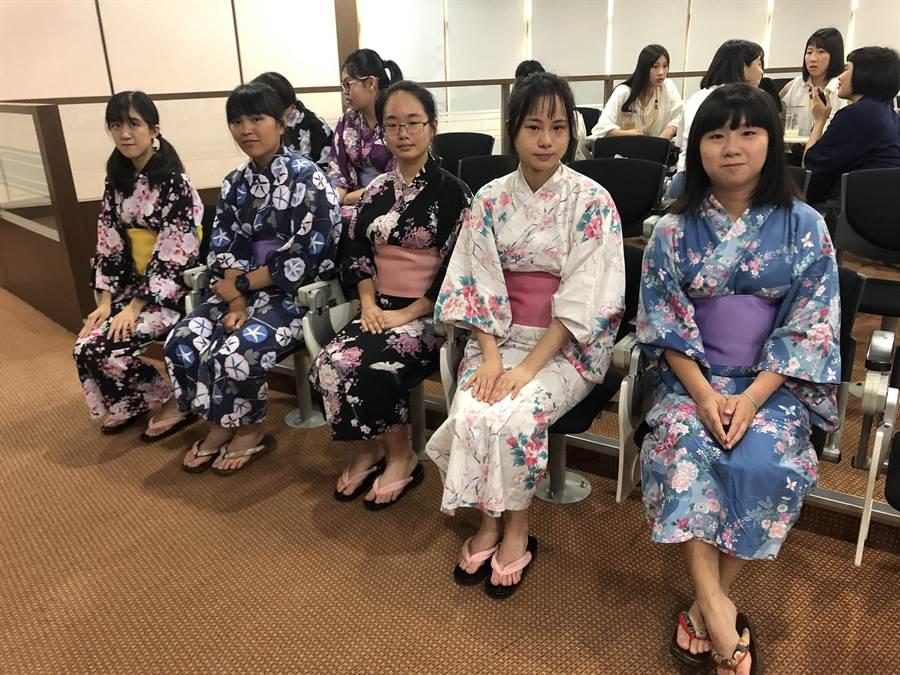 義守大學應日系學生穿上和服表演日本傳統舞蹈,歡迎日本高中師生。(義守大學提供)