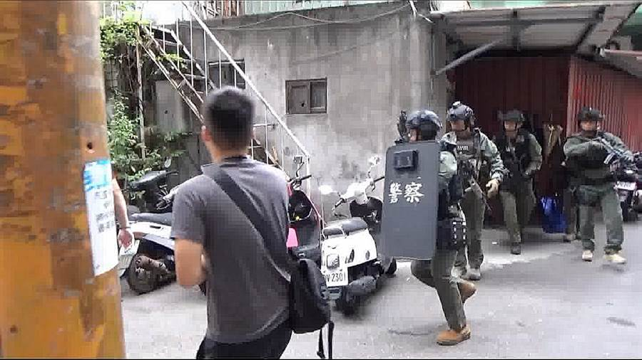 刑事局出動除暴特勤隊攻堅詐騙集團機房。(警方提供/胡欣男台北傳真)