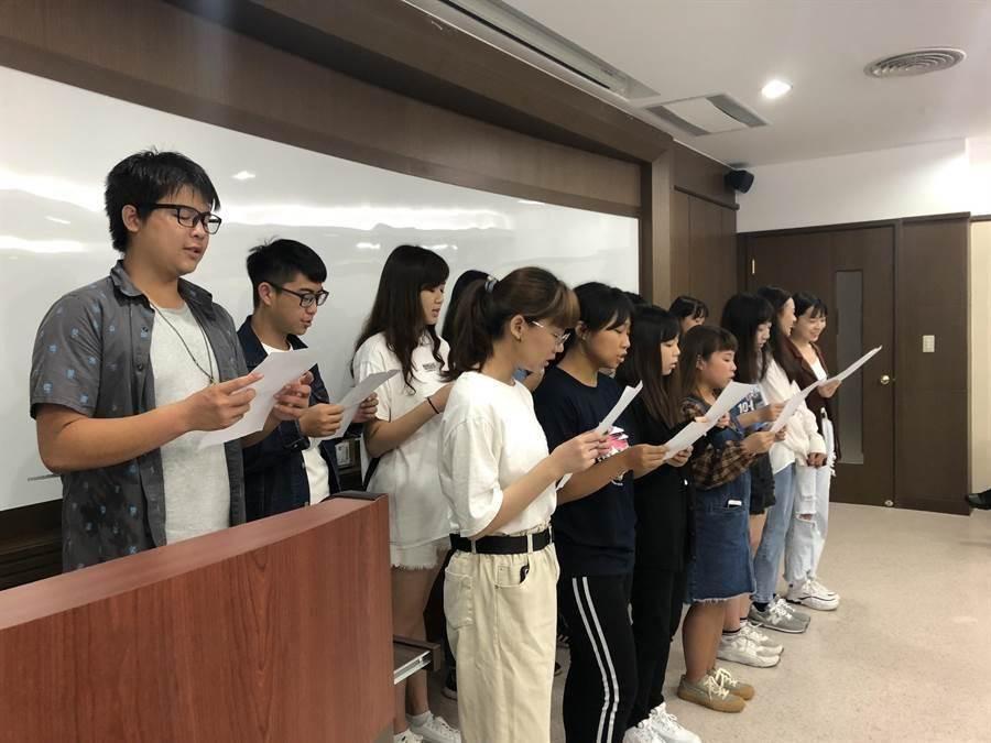 義守大學應日系學生演唱日文歌曲,歡迎日本高中生來訪。(義守大學提供/楊宗灝桃園傳真)