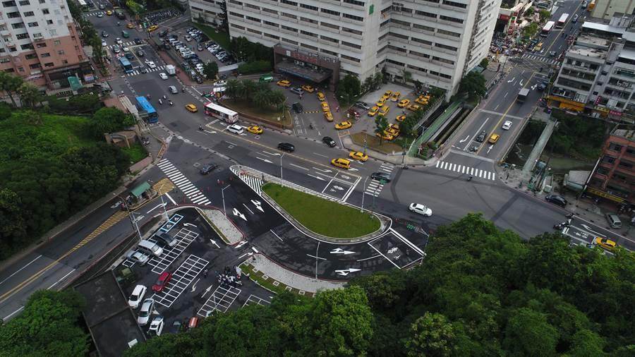 屆時要左轉安樂路二段的車輛一律引導進入迴轉道,將改善基隆長庚醫院周邊的塞車情形。(基隆市政府提供)