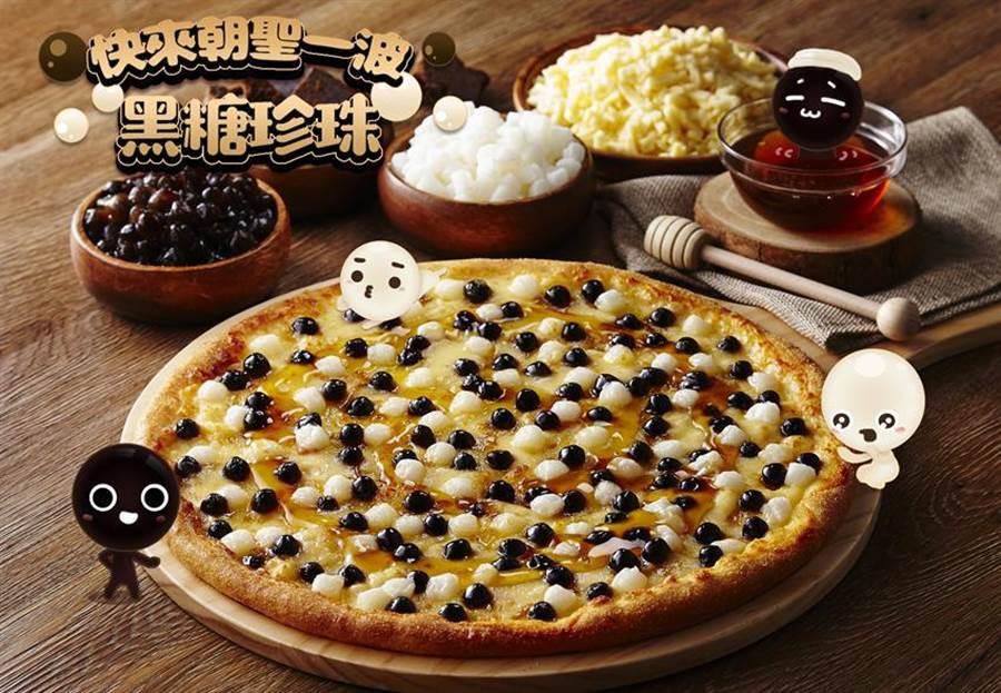(看好「全民瘋珍奶」熱潮,達美樂宣布自即日起出「黑糖珍珠披薩」,並以每個199元強力促銷。圖/達美樂)