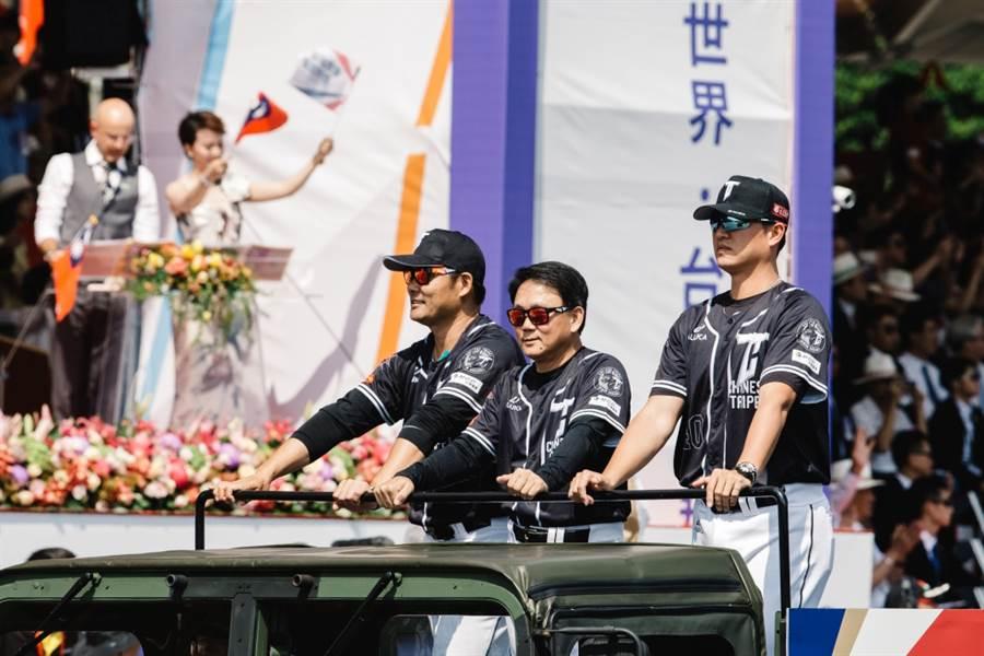 世界12強棒球賽中華隊教練黃甘霖(左起)、洪一中、王建民參與國慶遊行。(本報資料照)