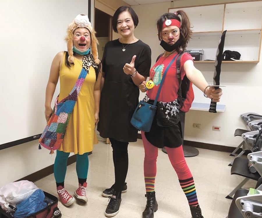 台北真善美扶輪社社長謝淑珍(中)感謝紅鼻子關懷小丑協會專業訓練的小丑演員,為住院病童帶來許多歡樂。圖/台北真善美扶輪社提供