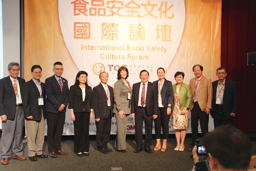 經濟部民生化工組組長洪輝嵩(左五起)、國際講師Laura Dunn Nelson、台灣優良食品發展協會理事長黃耀文、國際講師Dr. Lone Jaspersen及與會貴賓出席。圖/業者提供