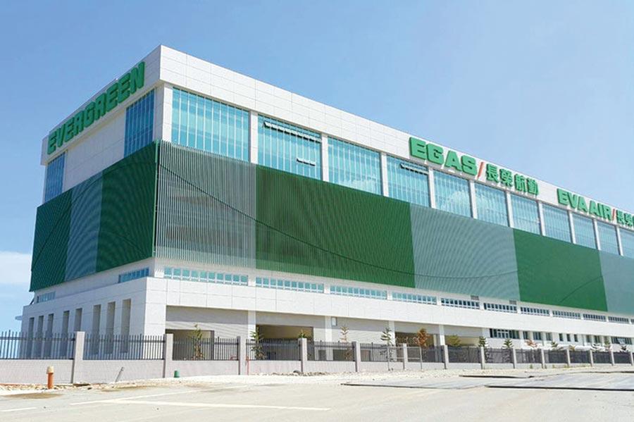 桃園機場長榮航勤大樓,採用松旺ADD滴水條導水板,讓外牆永保清新亮麗,位處出入境第一排建築物,也為國家門面贏得了「好面子」。圖/松旺提供