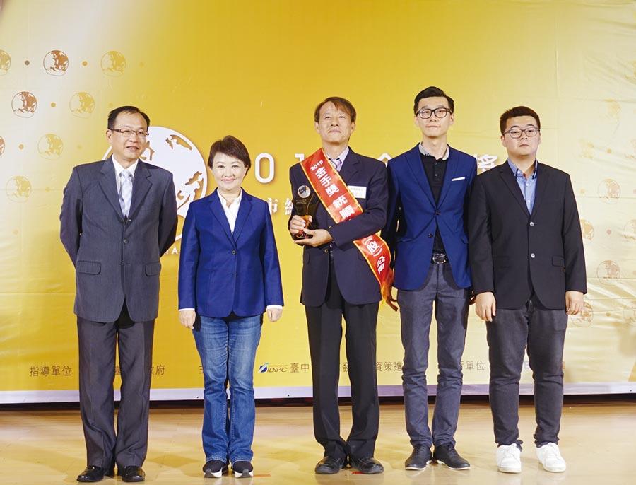 統順科技獲得2019金手獎,劉耀章總經理(中)率領經營團隊與台中市長盧秀燕合影。圖/黃俊榮