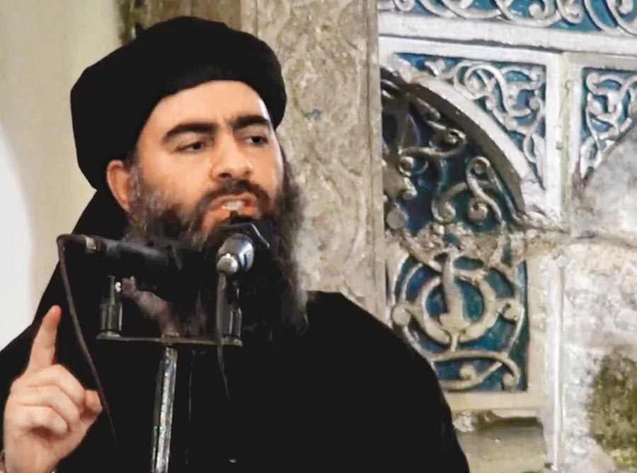 恐怖組織伊斯蘭國(IS)首腦巴格達迪傳出引爆炸彈背心自殺身亡。這是巴格達迪2014年首度公開露面,向徒眾演講的神情。(美聯社)