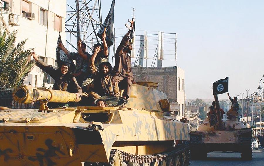 2014年,勢如破竹的伊斯蘭國武裝分子乘著坦克、高舉旗子在敘利亞城市拉卡遊行。(美聯社)