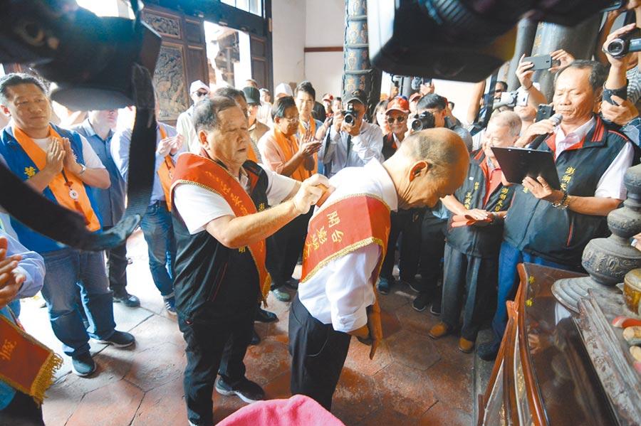 國民黨總統參選人韓國瑜27日參拜馬公天后宮,廟方向媽祖請示後,特別請出官印,蓋在韓國瑜背上,祝福他2020高票當選。(林宏聰攝)