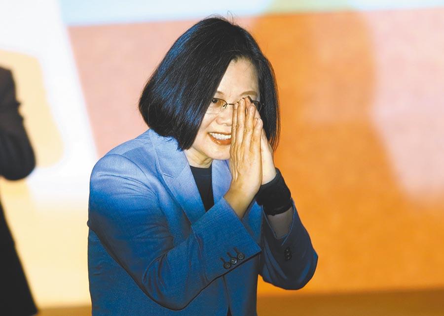 蔡英文總統27日出席「台灣國家的進化與正常化」新書發表會,走入會場,合手向現場來賓打招呼。(鄭任南攝)