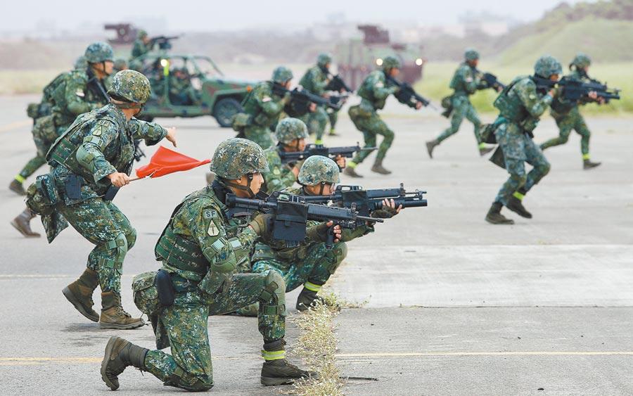 不論藍綠執政,建軍政策必須是傳承與精進,朝野已有高度共識。圖為陸軍特種作戰士兵模擬攻堅敵軍要塞演練。(本報資料照片)