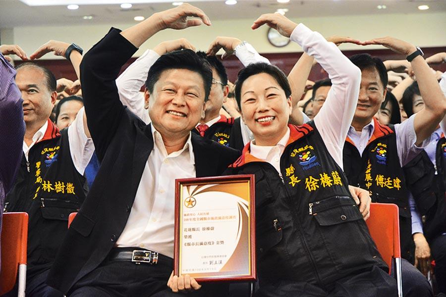 花蓮前縣長傅崐萁(左)在後山的支持度居高不下,在最新立委民調中,打趴藍綠參選人。(本報資料照片)