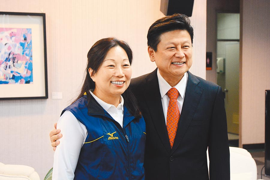 花蓮傅崐萁(右)高支持度,是後山最能整合泛藍戰力的最佳人選。左為傅妻徐榛蔚是現任花蓮縣長。(本報資料照片)