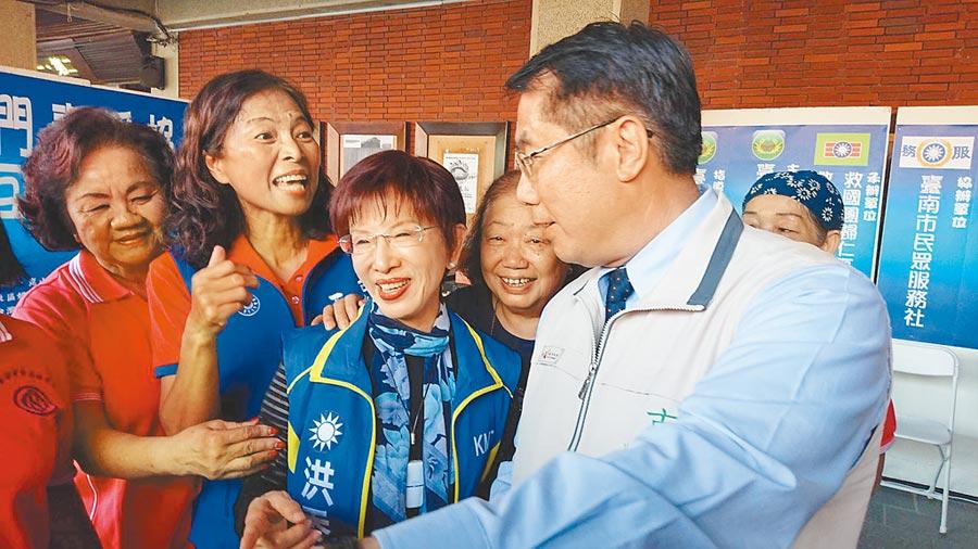 前國民黨主席洪秀柱(中)看見綠營台南市長黃偉哲(右)不僅不尷尬,反而笑稱是立院老同事,有說有笑。(程炳璋攝)