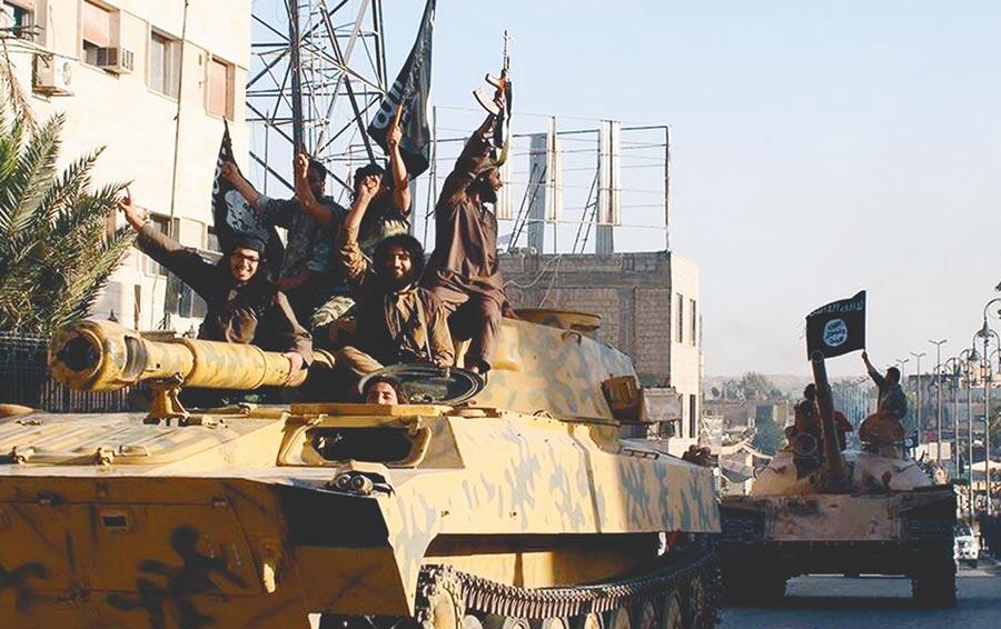 伊斯蘭國組織流竄各國,恐攻將令全球永無寧日。圖為2014年伊斯蘭國武裝分子乘坦克高舉旗子在敘利亞城市拉卡遊行。(美聯社)